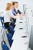 8394351-gli-studenti-sono-seduti-ai-tavoli-del-computer-in-camera